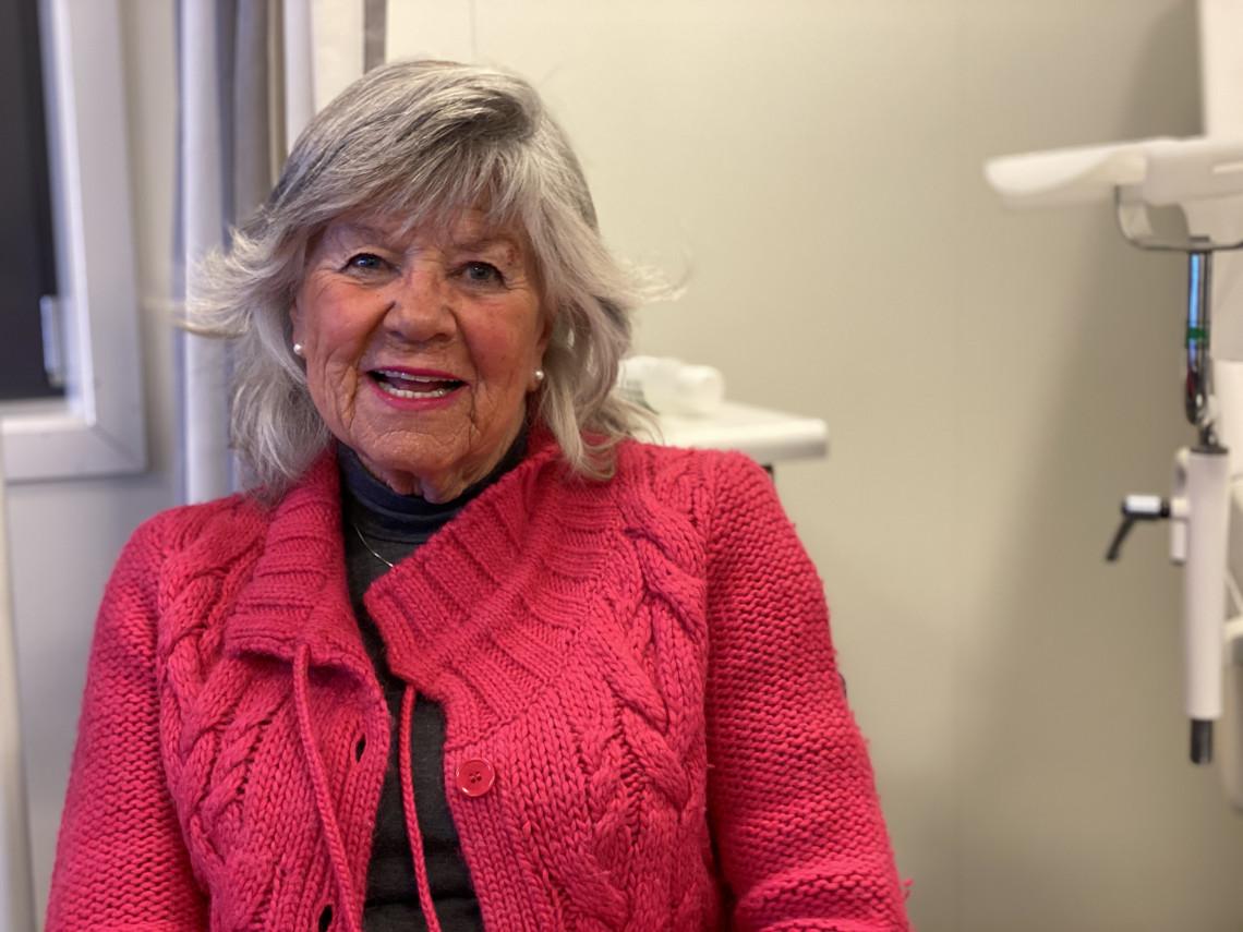 IKKE NERVØS- Gerd Bay Gundersen (81) har en ventende mann og nybakt kringle i bilen. Hun er ikke nervøs for vaksinen, og skal videre til familie i Lillesand etterpå.
