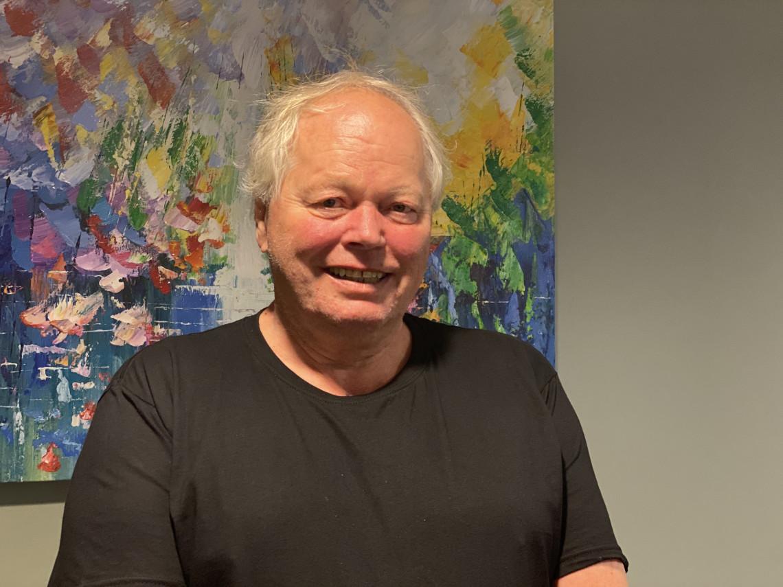 Jens Eckhoff gir tommelen opp for primærhelseteamet ved Sanden Medisinske Senter hvor han nå er pasient. – Jeg får tett oppfølging og føler meg ivaretatt og sett, sier 66-åringen.
